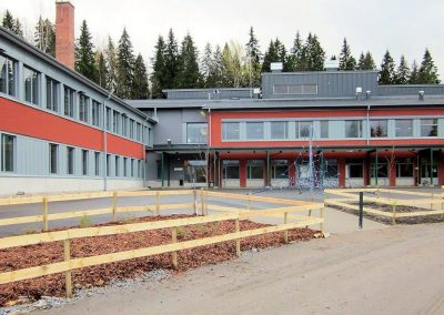 Toivion koulun laajennus ja korjaus - etupihan istutukset ja kiipeily