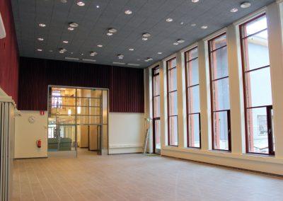 Toivion koulun saneeraus / laajennus - aula / sali. korkea tila ja korkeat ikkunat