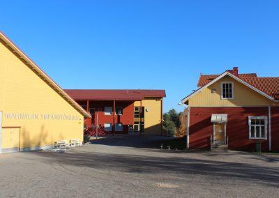 Mahnalan koulun piha-alue ja uudisrakennus
