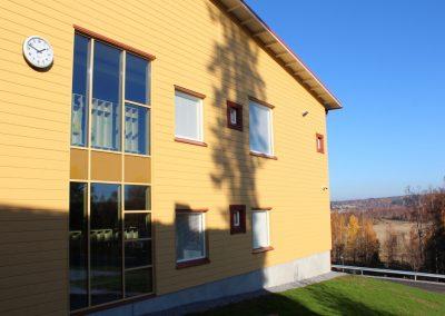 Mahnalan ympäristökoulun julkisivu / maisema