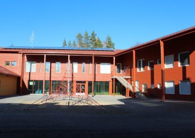 Mahnalan ympäristökoulun uudisrakennus - piha-alue ja julkisivu